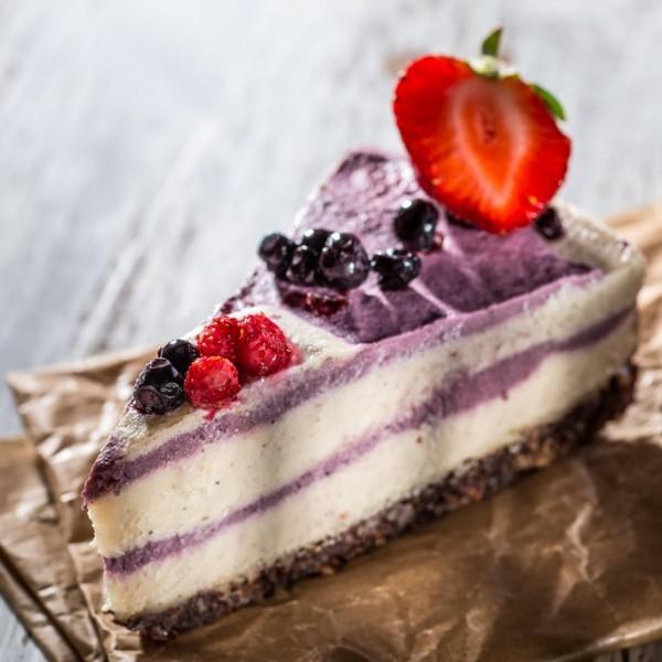 raw-cake-cu-vanilie-si-fructe-de-padure-600x600